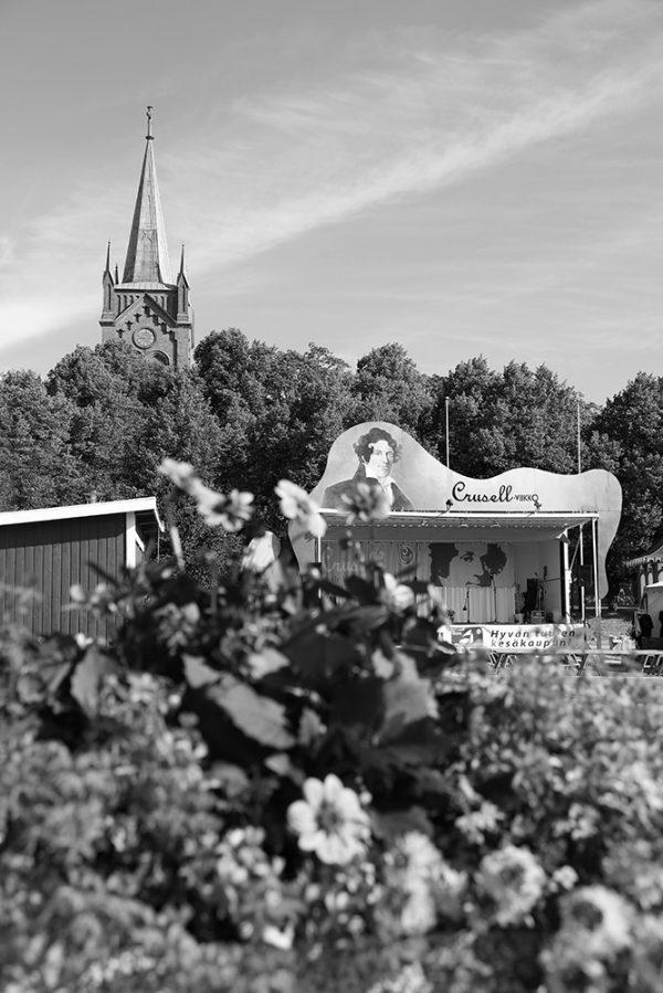 grafesko-canvastaulu-uusikaupunki-kukat-crusell-kirkko-bw