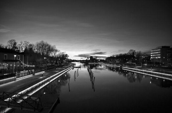canvastaulu-sillalta-bw